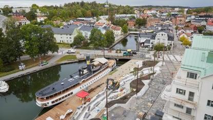 Drönarbild över nya Norrtälje hamn under uppbyggnad, där en båt redan ligger ankrad. Foto: Joakim Kröger