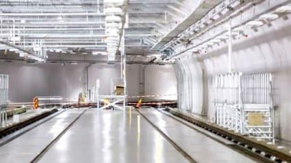 Bild på projektet Norsborgsdepån i södra Stockholm. Överblick över en järnvägsvagnhall med två spår och verktyg på båda sidor.