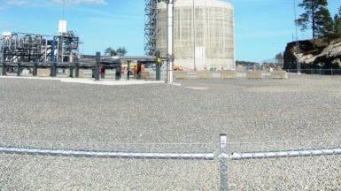 En ventil släpper ut antänd gas vid en naturgasterminal.