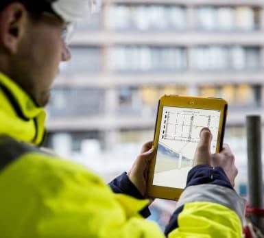 Bild på en medarbetare som arbetar med VDC via en iPad.