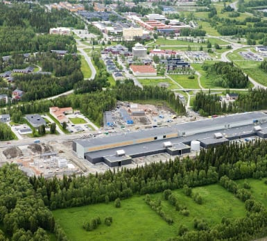 Flygfoto över Facebooks serverhall i Luleå, med stadsbebyggelse kring alla sidor.