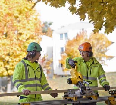 Bild på två NCC-medarbetare som arbetar med sågning.