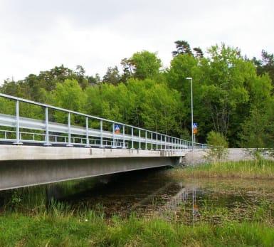 Underhållsfria bron sträcker sig lågt över en vattenpassage.