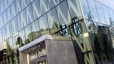 Umeå Östra Stations lutande glasfasad.
