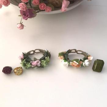 Lote de dos pulseras de flores y tres anillos a juego