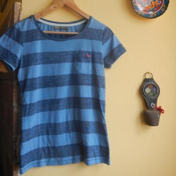 Camiseta corta a rallas azules con bolsillo