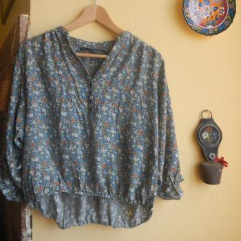 Blusa de flores con manga tres cuartos y cuello en pico con botones