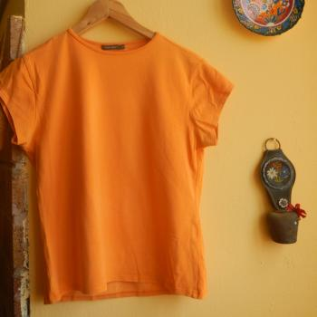 Camiseta corta naranja de cuello redondo
