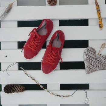 Playeras/zapatillas/bambas/tenis rojas de cordones