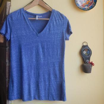 Camiseta corta azul cuello V