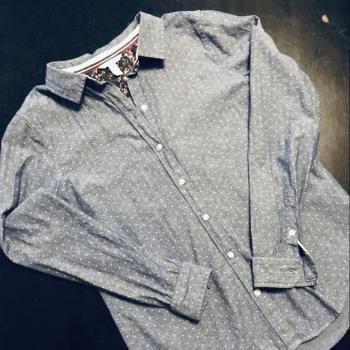 Camisa vaquera con mini estrellitas.