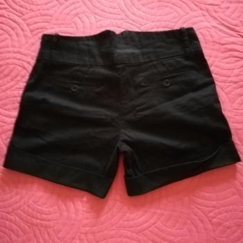 Pantalon negro corto.