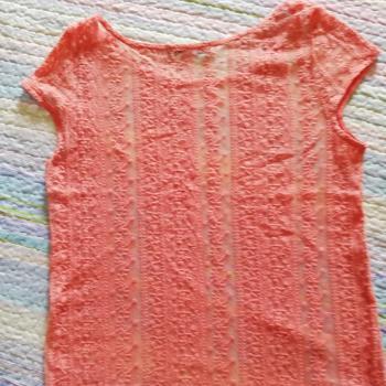 Camiseta manga corta color coral.
