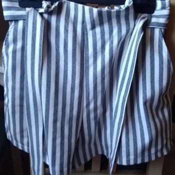 Pantalón corto de rayas azules