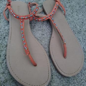 Sandalias planas naranjas con pedrería de colores