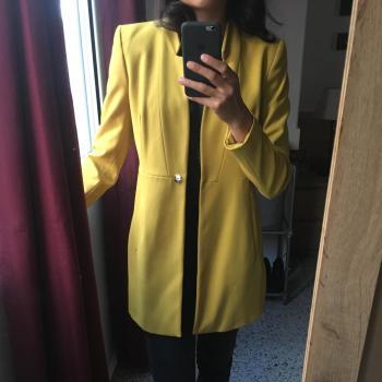 Levita o Chaqueta Amarilla Zara