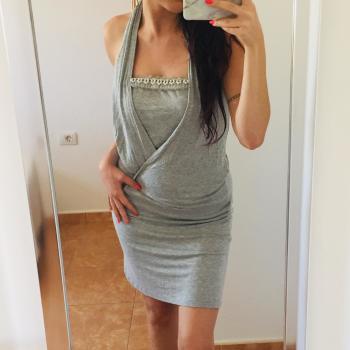 Vestido gris con detalles de perlas