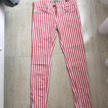 Pantalón de rayas rojo y blanco