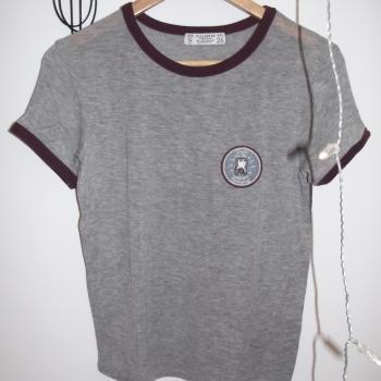Camiseta gris con parche y ribetes burdeos moda tumblr.