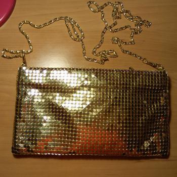 Bolso cartera dorado de fiesta con cadena dorada