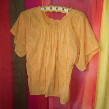 Blusa acampanada de mangas cortas de tela brillosa verde/naranja, modelo exclusivo
