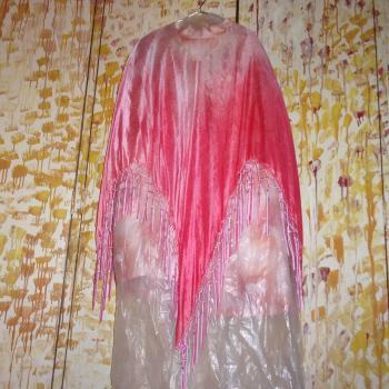 Poncho de seda rosado con flecos y perlitas, modelo único