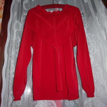 Blusa roja de mangas largas,de tela liviana y volantes, modelo exclusivo