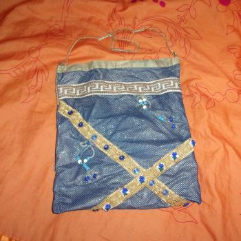 Bolso con cadena, azul/dorado/blanco con botones y perlitas azules, modelo exclusivo