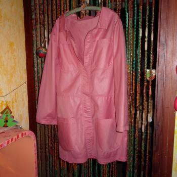 Blazer de tela rosa brillosa y 4 bolsillos, algo acampanado, modelo exclusivo