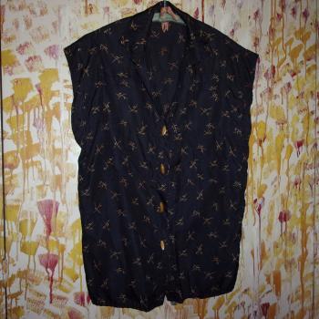 Blusa sedosa sin mangas, motivos y botones amarillos sobre negro, modelo único