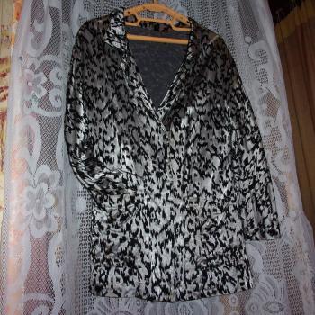 Trajecito de tela brillosa, compuesto por chaqueta y falda, modelo exclusivo