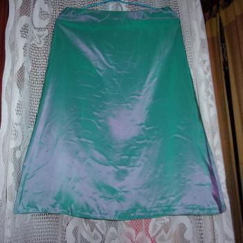 Falda de fiesta brillosa a la luz en celeste/verde, modelo exclusivo