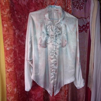 Blusa de seda teñida en rosado y celeste y con brillantitos en el cuello