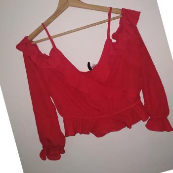 Blusa roja con vuelo