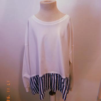 • Suéter fino blanco con detalles.