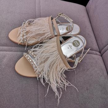 Sandalia plumas