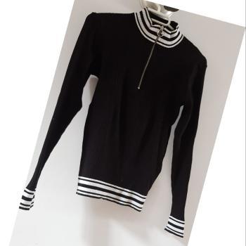 Jersey negro con cuello de HYM