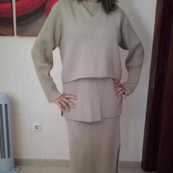 Conjunto falda larga, jersey, chaleco