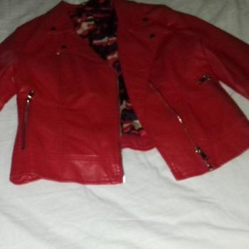 chaqueta roja tipo cuero