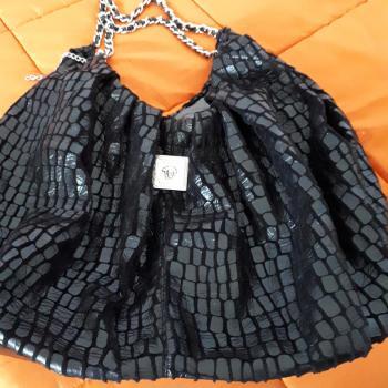 bolso negro con cadenas