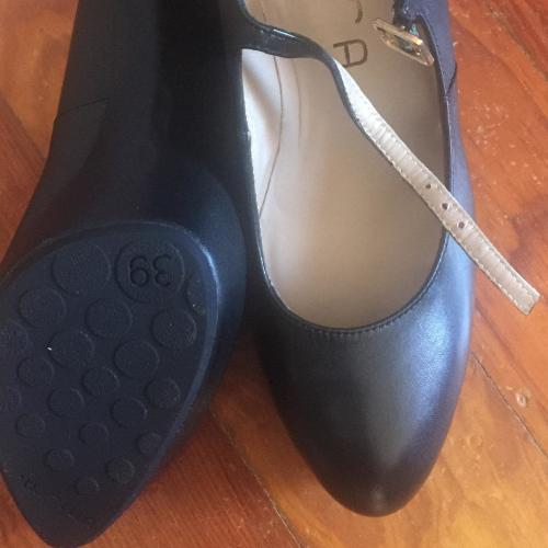 Zapato Negro de Salón Unisa