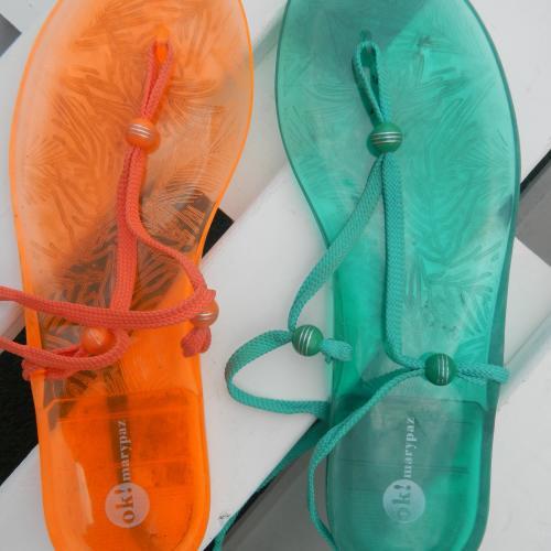 Sandalias plástico y cordones naranjas o verdes