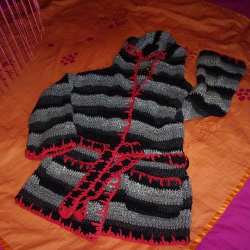 Chaqueta tejida con capucha, bolsillos y cinturón, modelo único