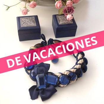 Lote: 2 cajitas de madera azul y plata vieja, collar de cordón con piedras y anillo