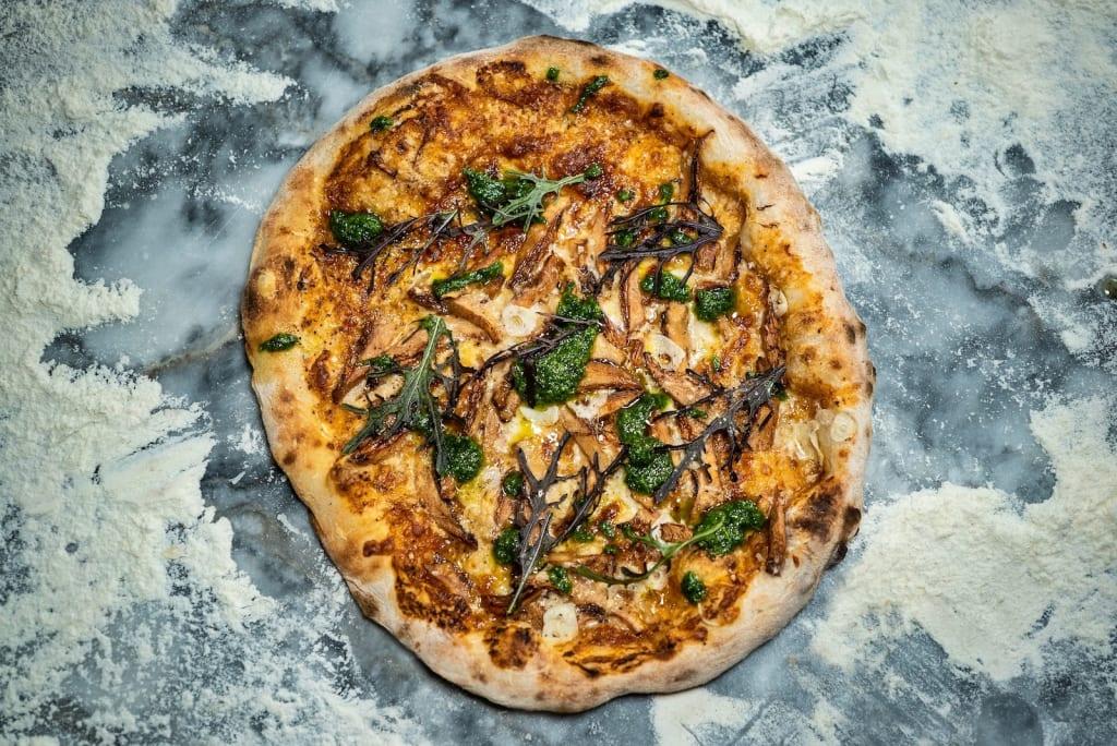 Pizzas de massa-mãe recheadas de ingredientes de produtores locais e da horta do Esporão.