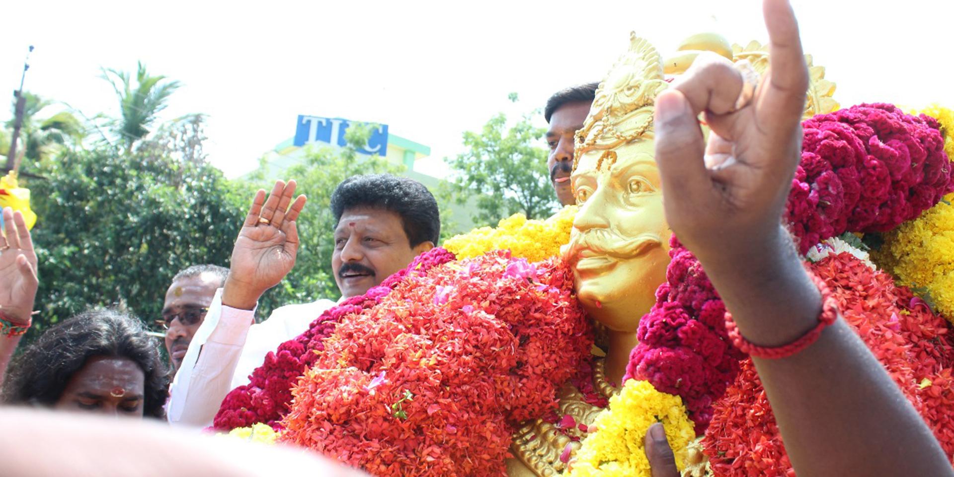 Dr V  Dhivaharan pays tribute to Perumpidugu Mutharaiyar