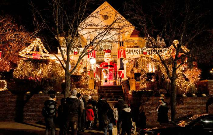 Dyker Heights Brooklyn Christmas Lights.Bus Tour New York City Dyker Heights Christmas Lights 3 5 Hours