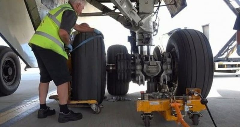 how the wheel of a boeing 747 aircraft is changed