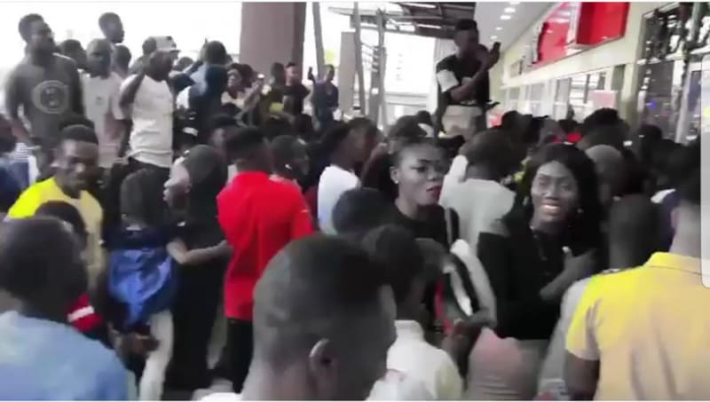Fans Mob Fake Wizkid At Shoprite (Full Video)