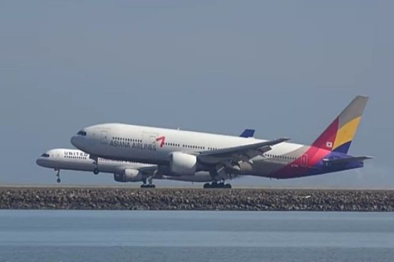 Breathtaking Moments Two Airliners Land Side By Side On Parallel Runways
